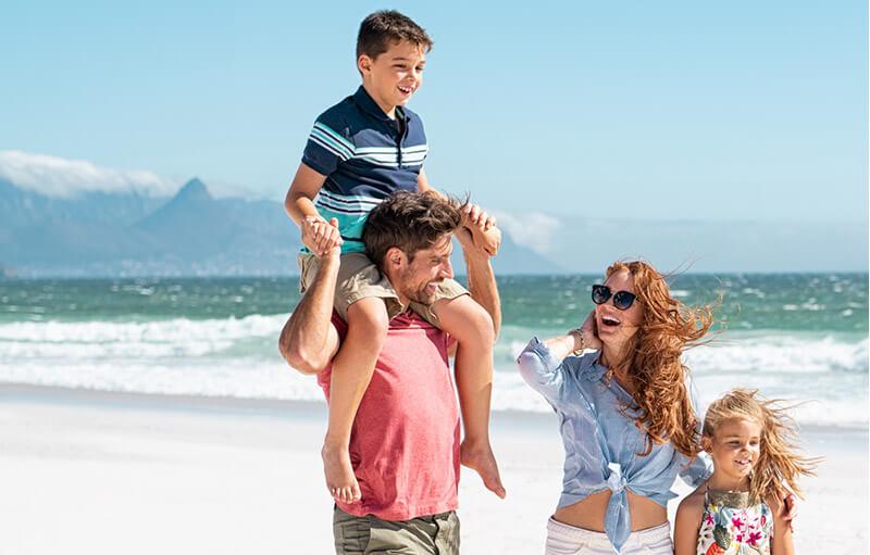 Rodzina na wakacjach nad morzem