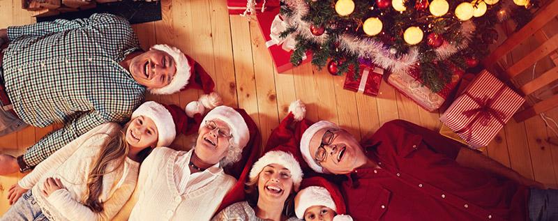Rodzina przy choince z prezentami