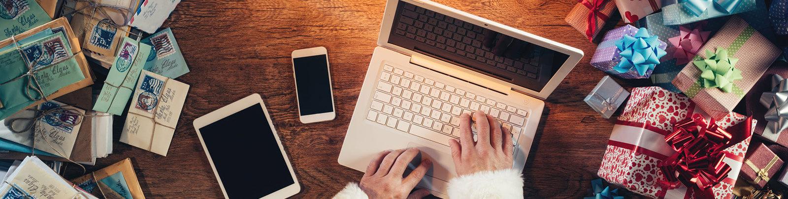 Osoba kupująca prezenty przez internet za pomocą laptopa